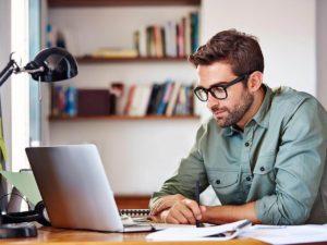 Hombre viendo clases en computador