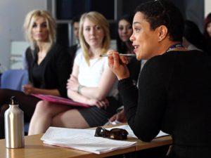 Mujer conversando en un salón