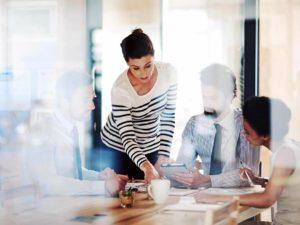 Mujer en una reunión