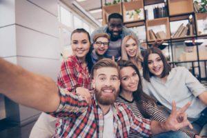 Grupo de personas sonriendo selfie